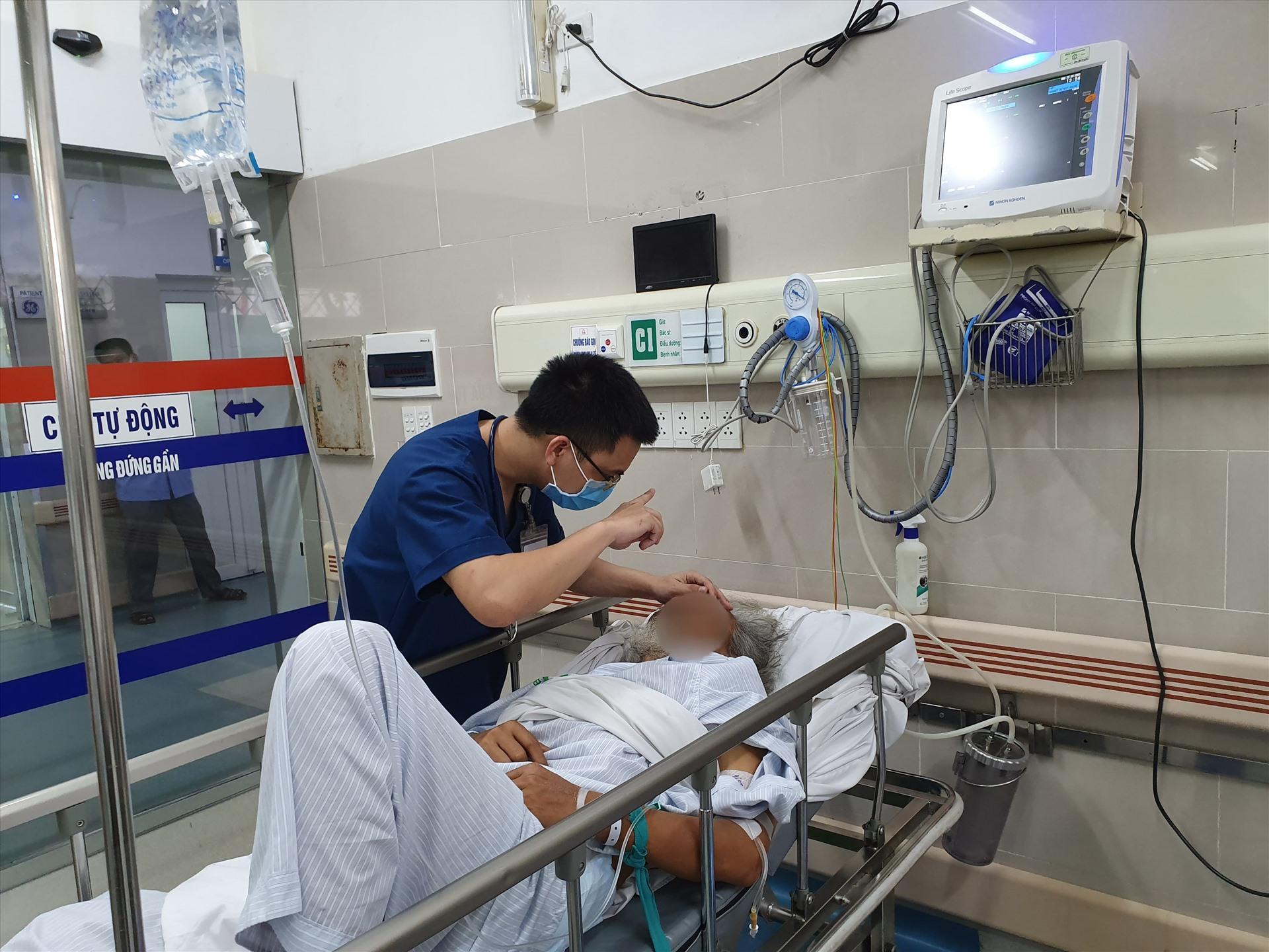 Bác sĩ khoa Cấp cứu đang thăm khám cho một bệnh nhân đột quỵ vào viện trong tình trạng rối lọan ý thức, liệt nửa người bên phải. Ảnh: Mai Thanh