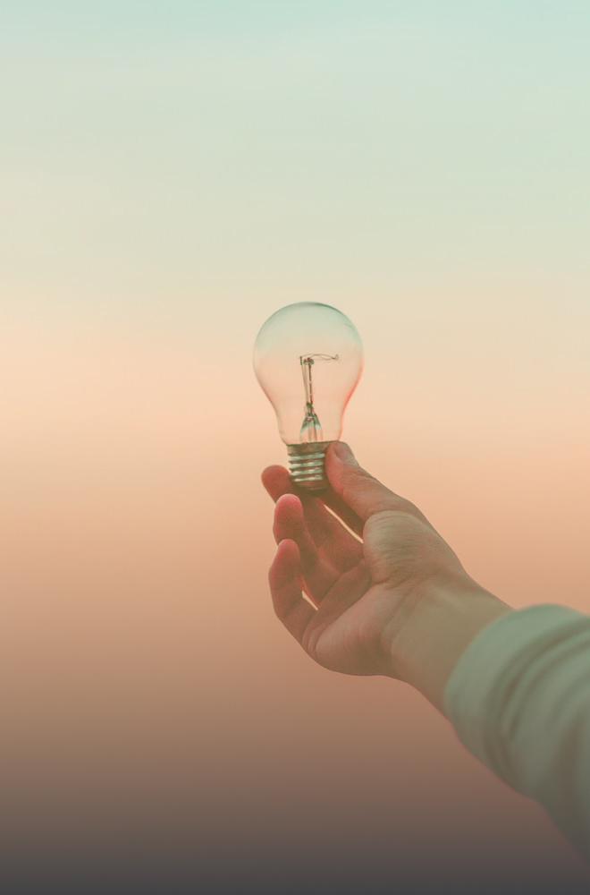 Ein Mann hält eine Glühbirne