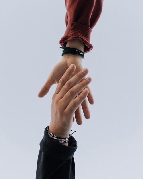 Zwei Hände greifen einander