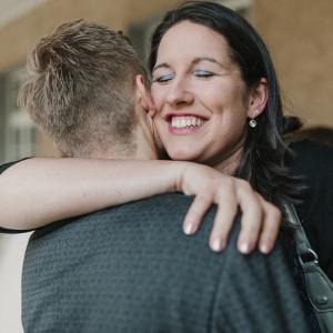 Frau umarmt andere Person