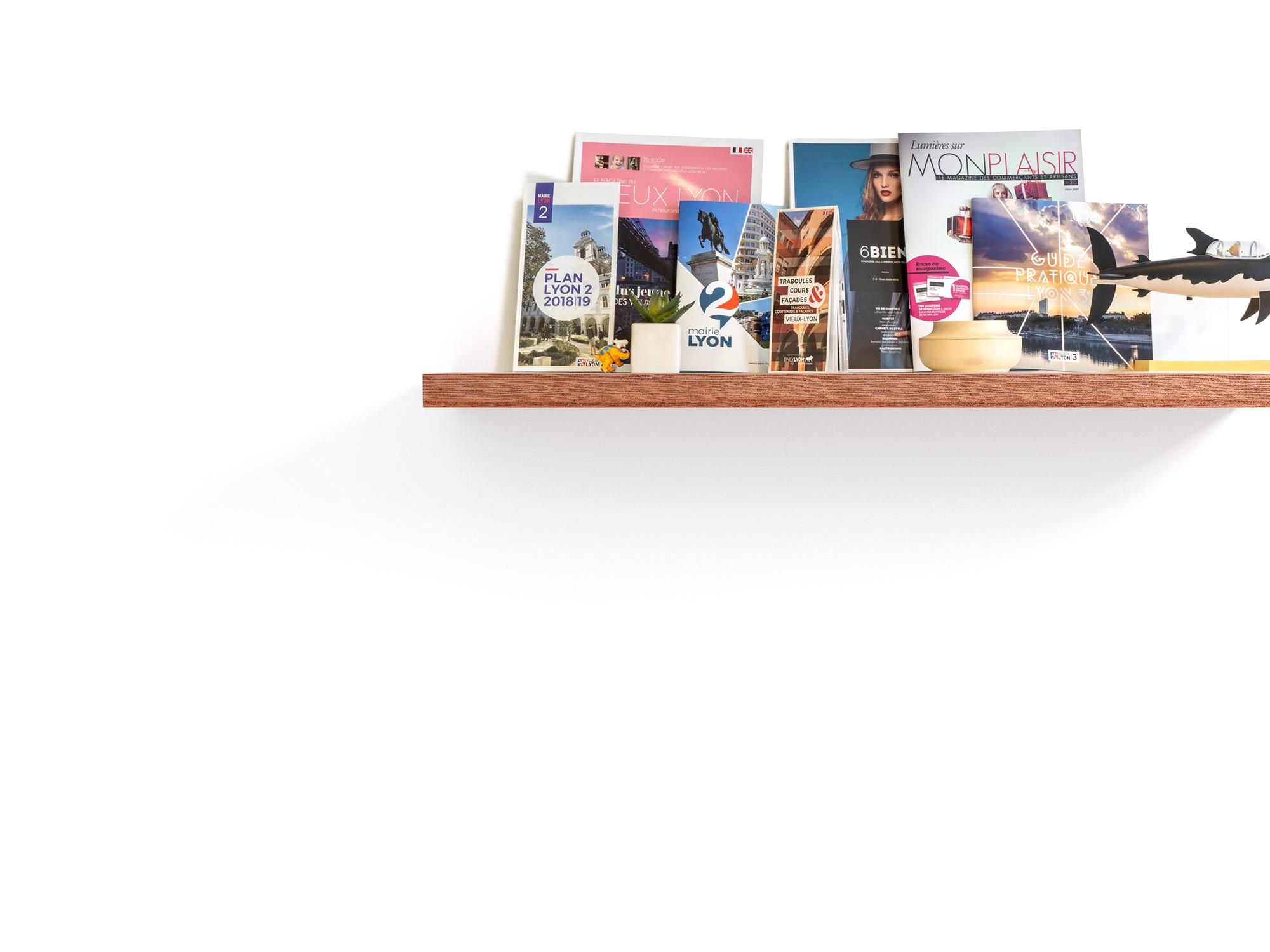 Une étagère avec des magazines et flyers bien disposés