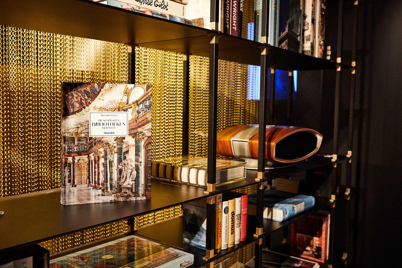Das tRACK Möbelsystem als elegantes Bücherregal.