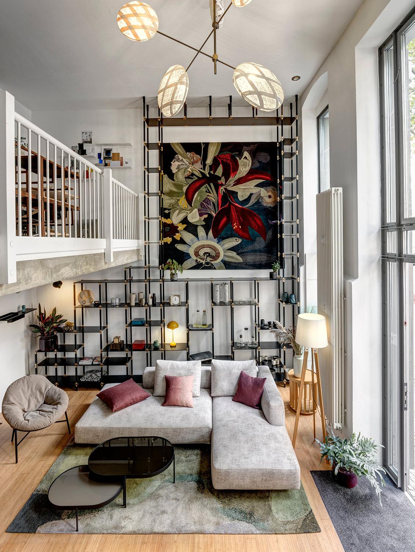 tRACK Möbelsystem als raumhohes Wandregal und elegante Ablage für Bücher, Vasen und Pflanzen.