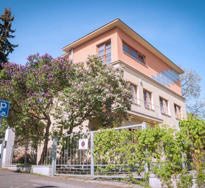 Venkovní pohled na budovu Pekárek Strašnice.