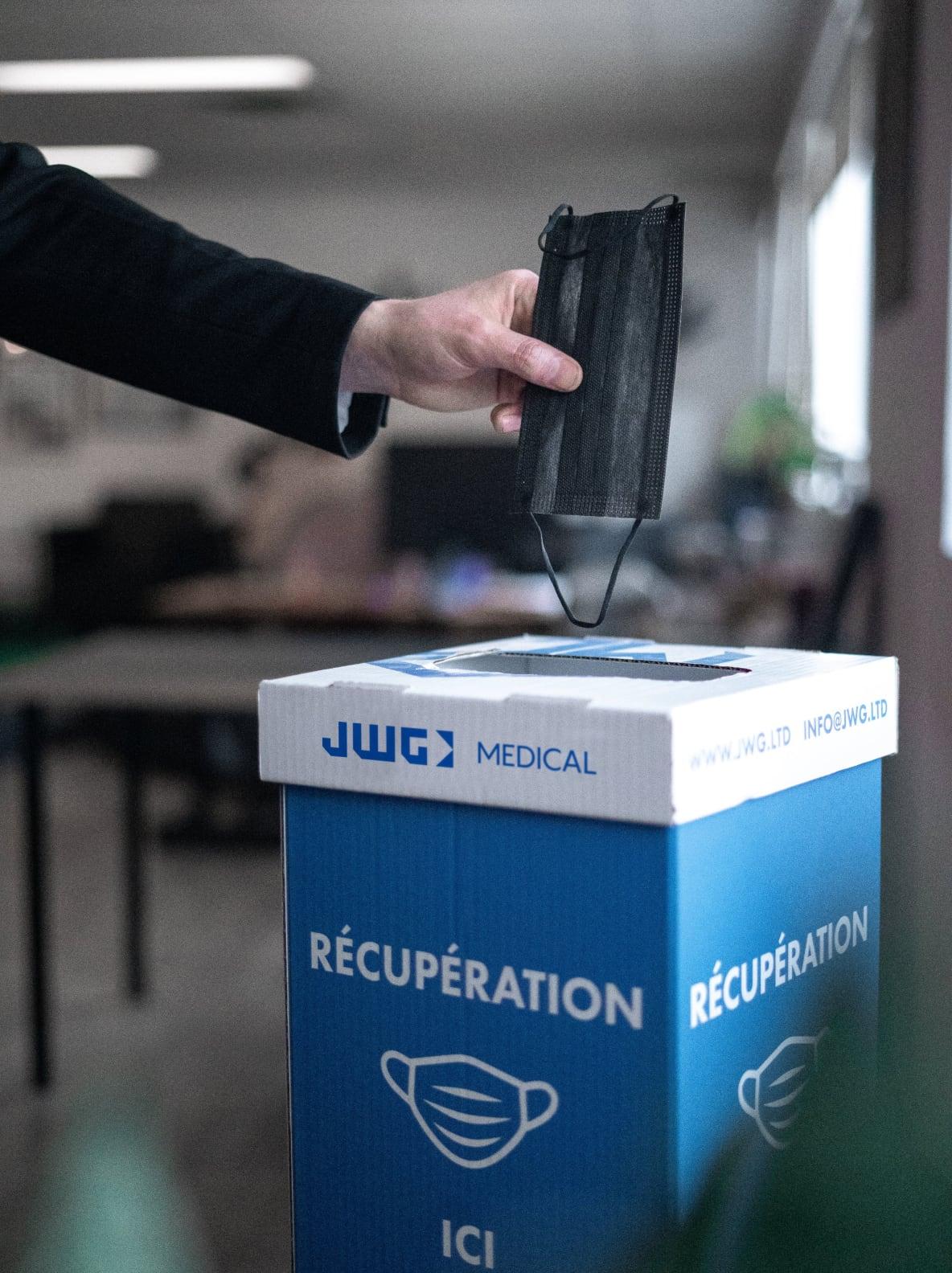 Recyclage d'un masque grâce à JWG et Recyc-Québec