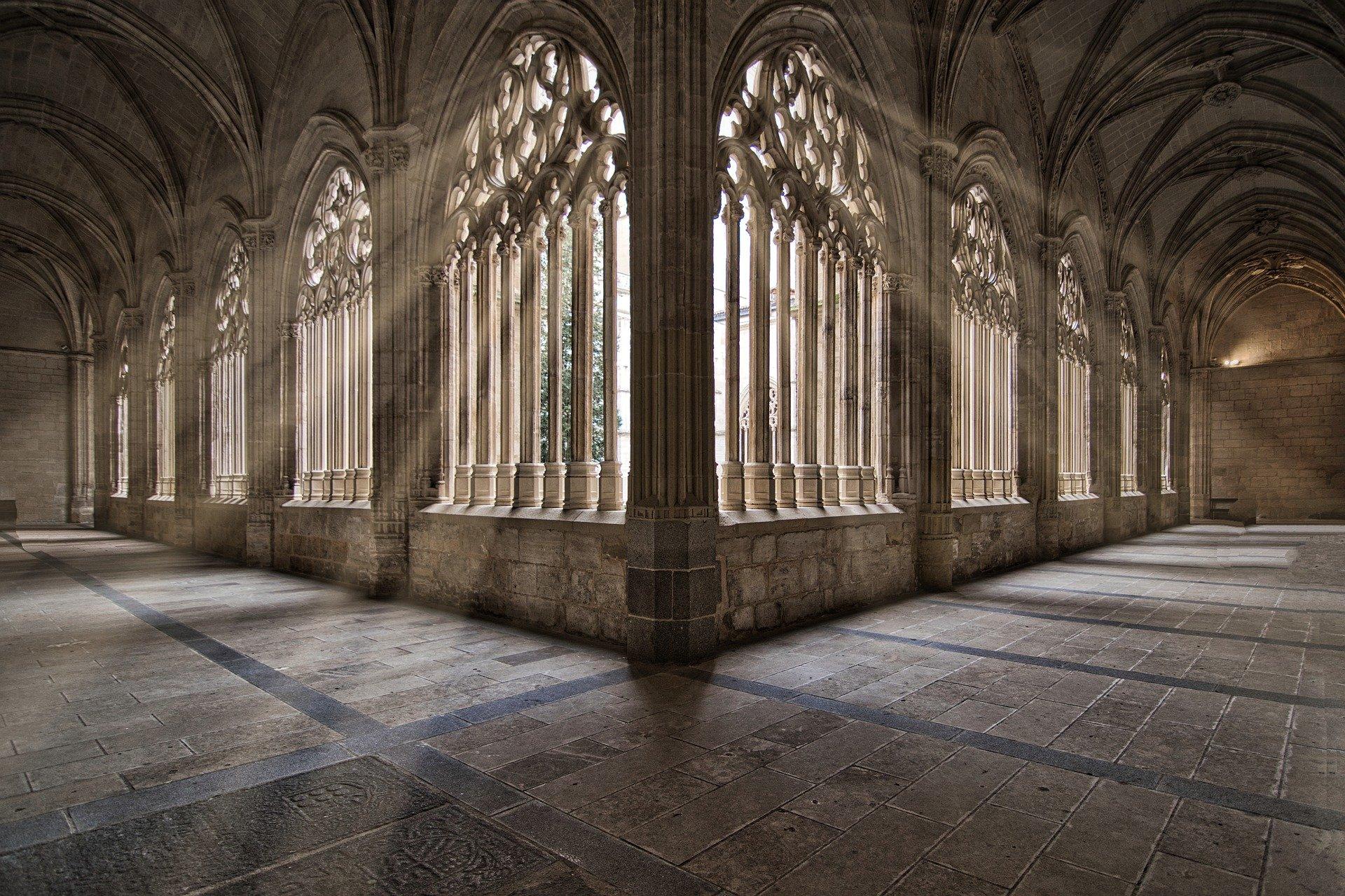 lumière à travers fenêtres d'église