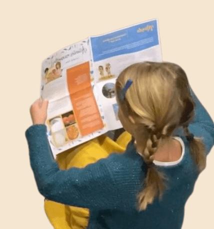 L'enfant lit la lettre