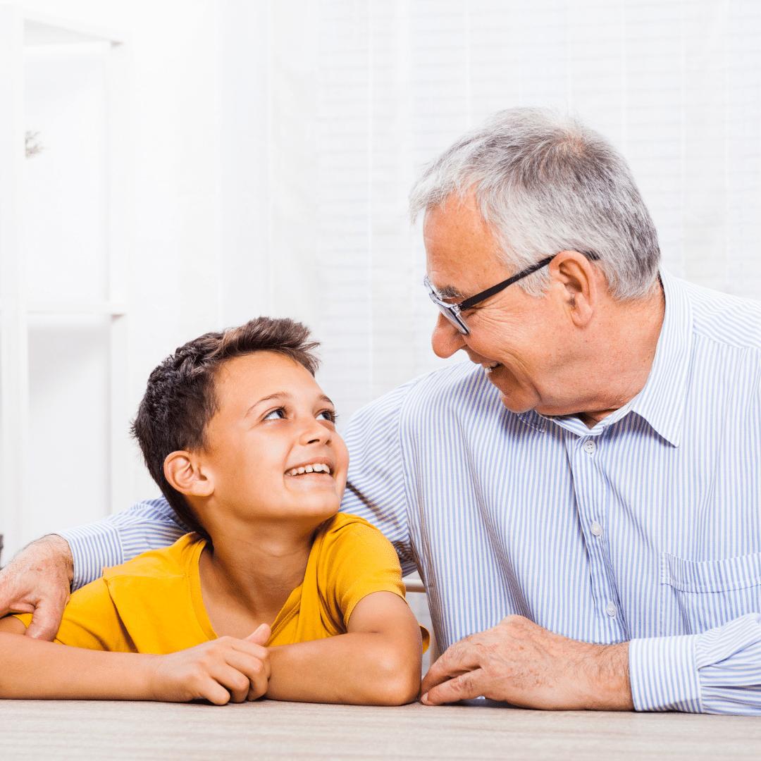 Grand-parent enfant qui discutent