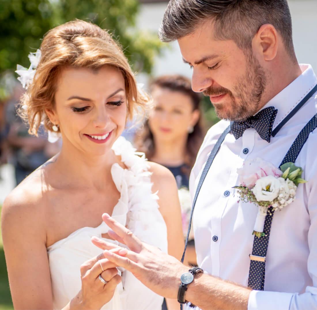 Nevěsta nasazuje prsten ženichovi