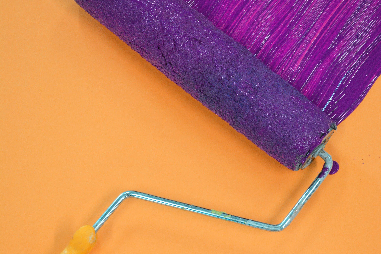 maling av vegg fra oransje til lilla
