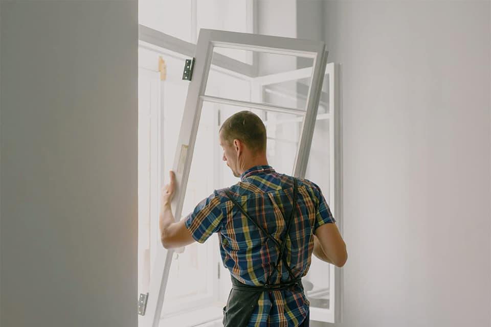 fagmann monter vindu under oppussing