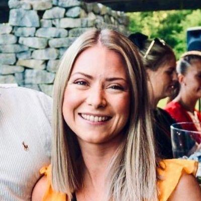 Kvinne som smiler etter oppussing av leilighet av Smart Oppussing AS