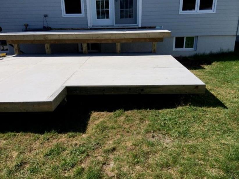 Terrasse surélevée avec structure en bois traité, couche de béton fibre et finition en dalles 1