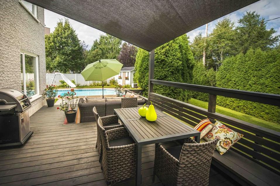 Terrasse surélevée en bois traité avec banc intégré au garde-corps