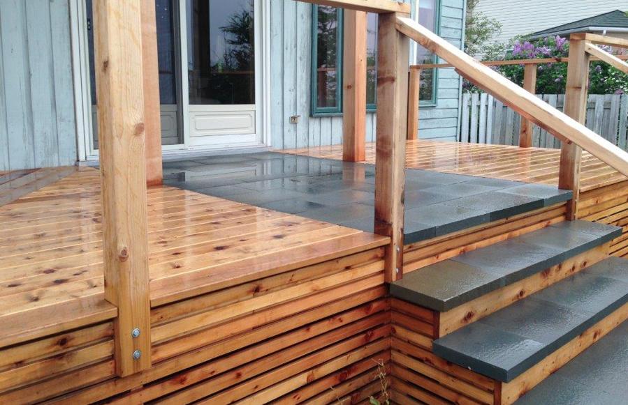 Terrasse surélevée en bois de cèdre et insertion de dalles en pierre naturelle
