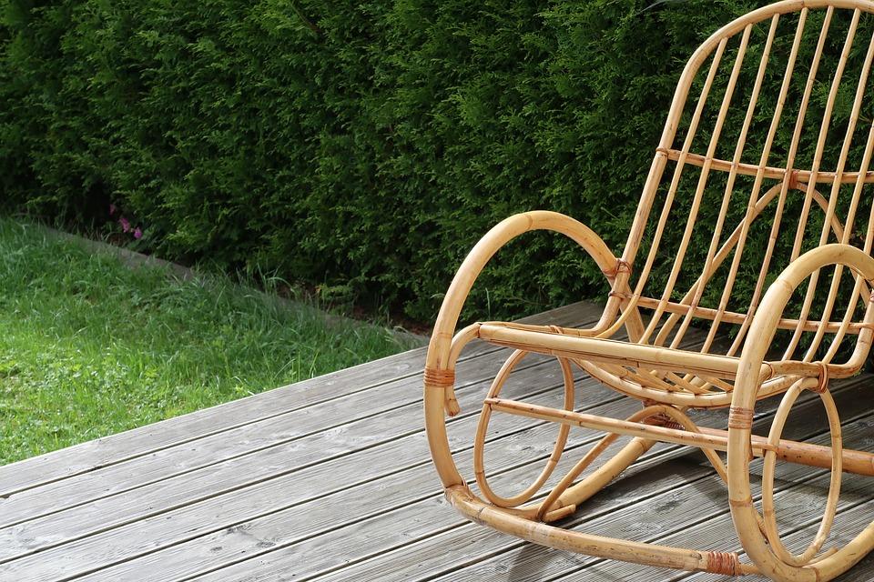 Chaise berçante sur terrasse