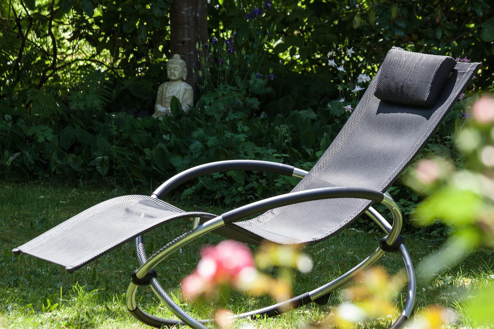 Chaise longue au jardin