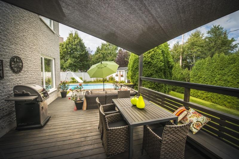 Salon extérieur sur terrasse et gazebo