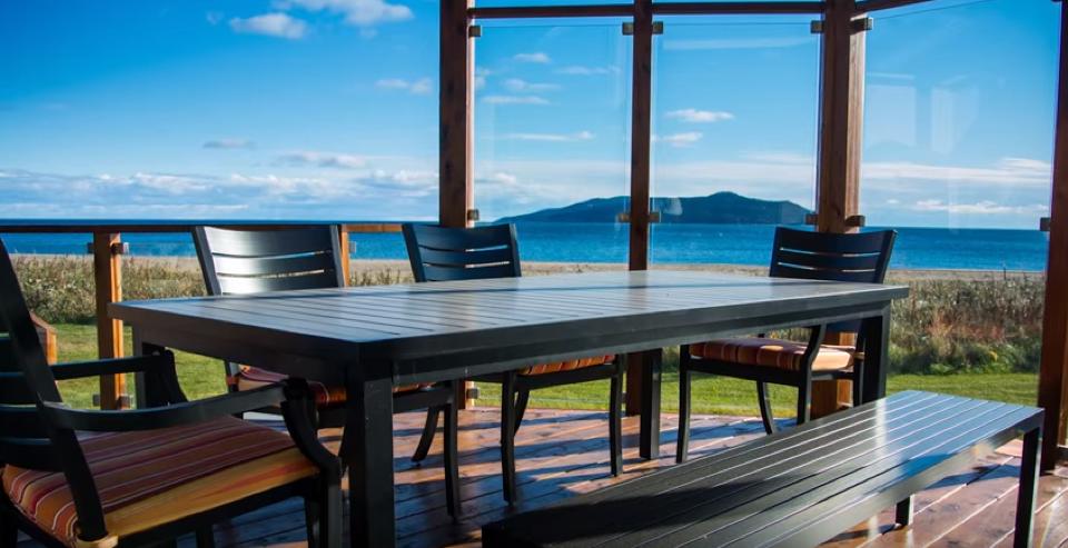 Coin repas sur terrasse surélevée en bois de cèdre avec panneaux coupe-vent