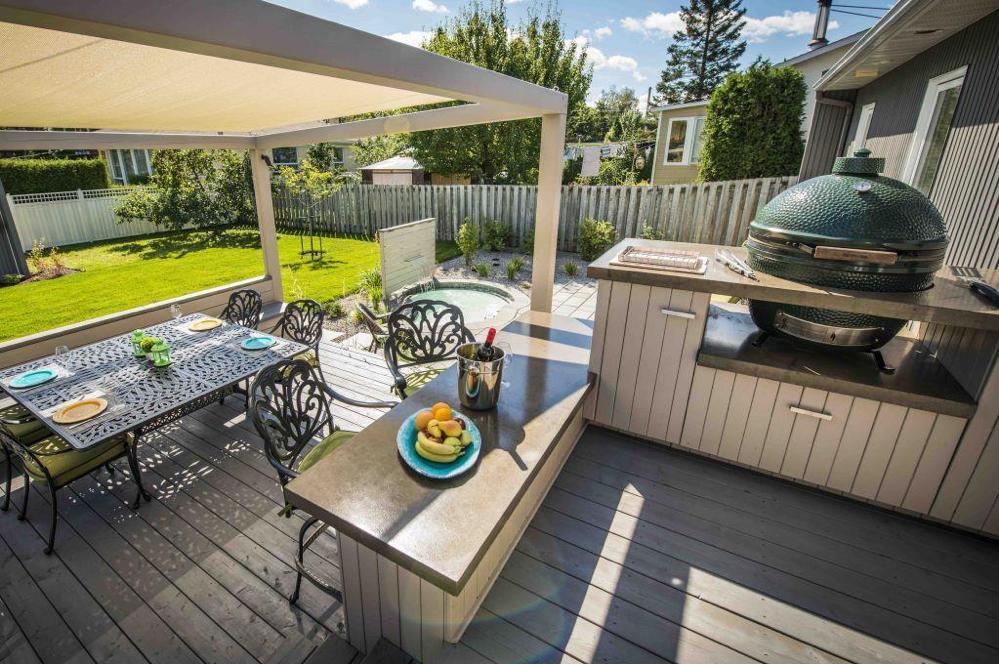 Terrasse à niveaux avec cuisine extérieure