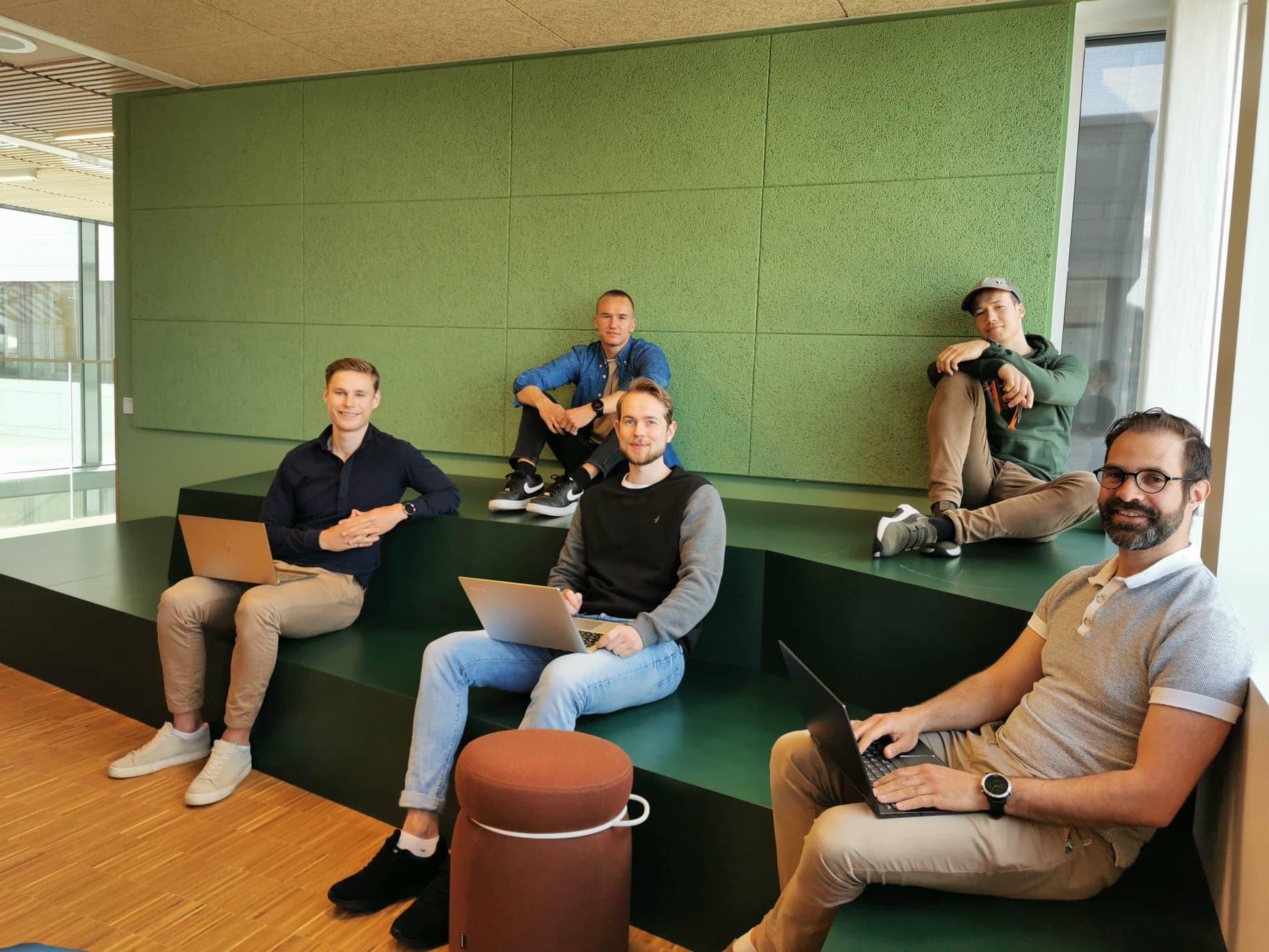 5 studentar sit med pc og jobbar
