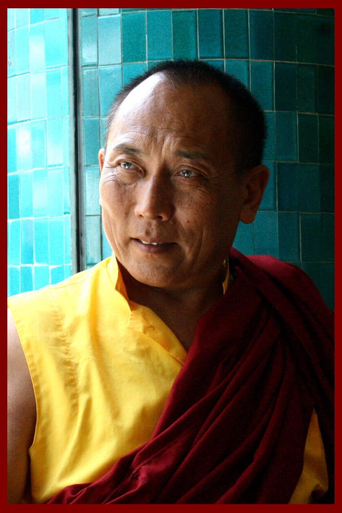 Reconocido por Gyalwa Karmapa fue entronizado a los cuatro años.