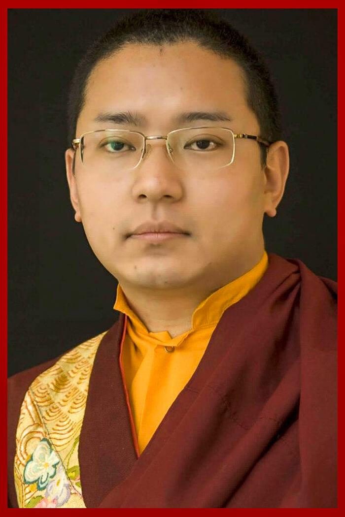 Es el jefe espiritual de nuestro centro y la suprema autoridad del Monasterio Khampagar en Kham, con más de 200 monasterios de monjas y monjes a su cargo.