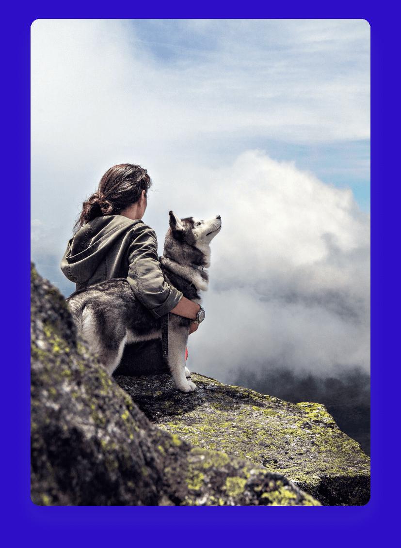 Foto de homem sentado junto com um cachorro da raça husky