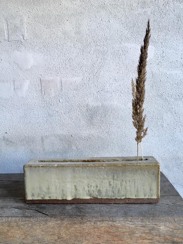 Firkantet vase. Gyldengrå.