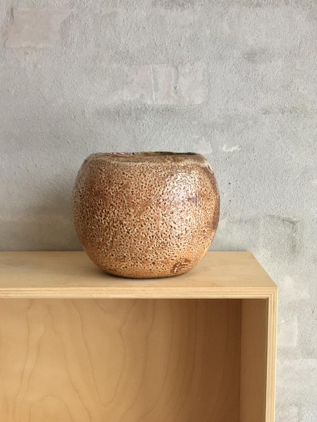 Rund brændefyrede vase. Lys brun.