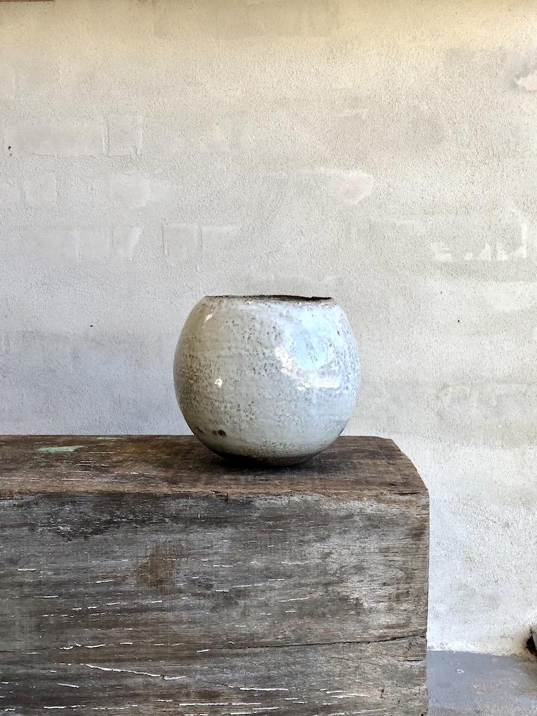 Rund brændefyrede vase. Blank hvid.
