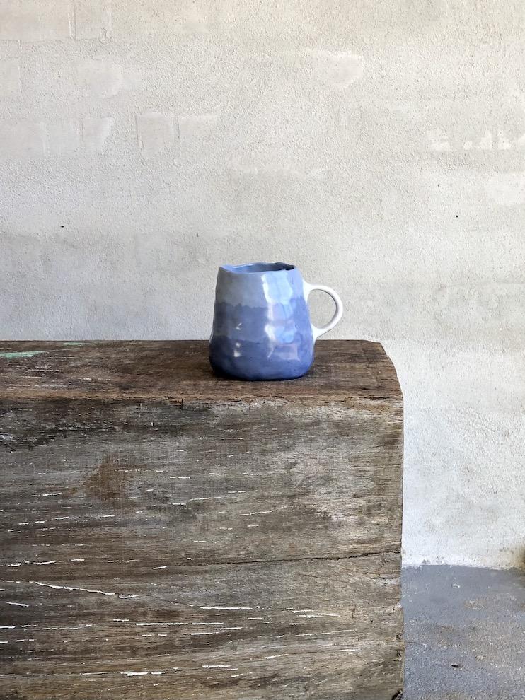 Håndbyggede blå kop.