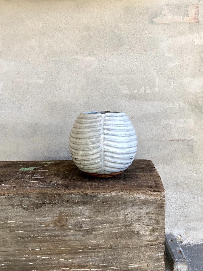 Koglen. Brændefyrede vase. Blank hvid.