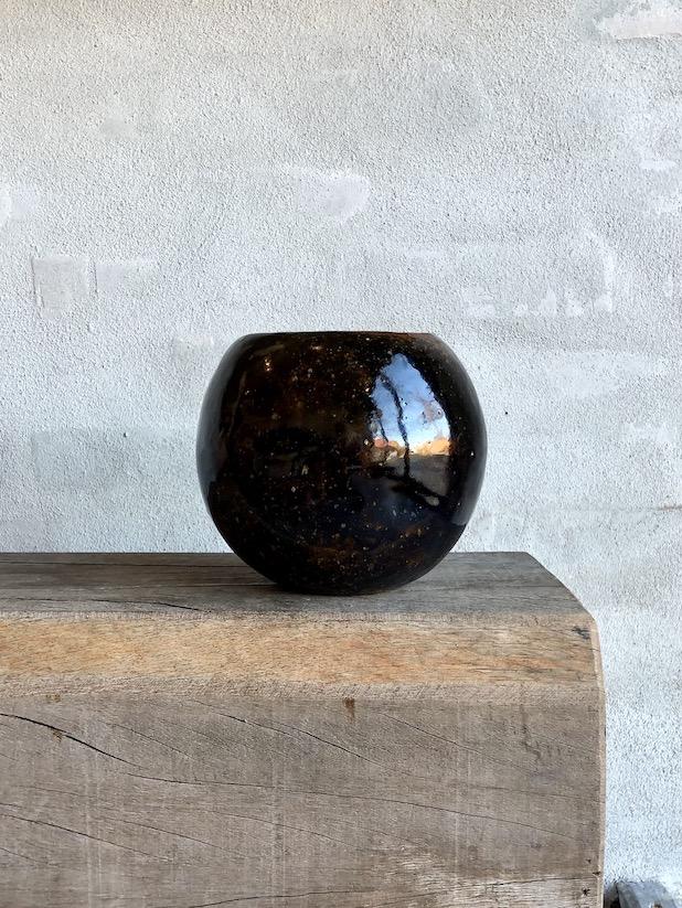 Rund brændefyrede vase. Dyb brun.