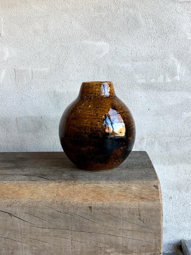Brændefyrede vase med hals. Variationer af brun.