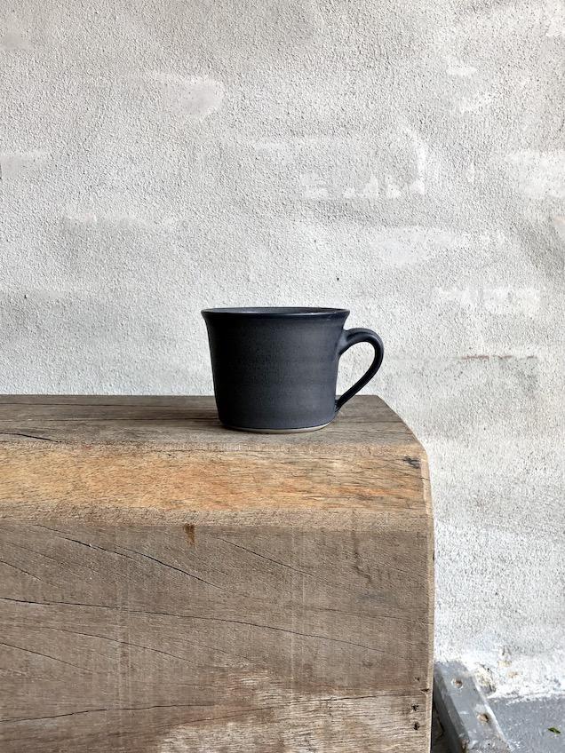 Lille kop med hank. Dyb grå.