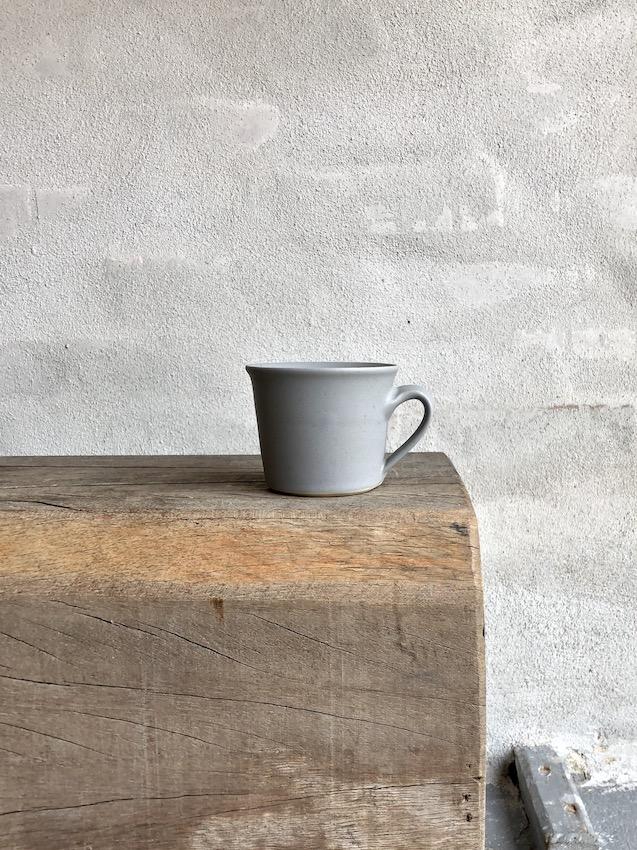 Lille kop med hank. Mat grå.