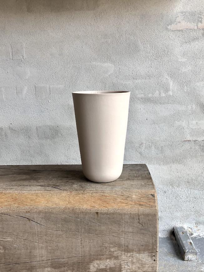 Vase i indfarvet porcelæn. Høj. Beige.