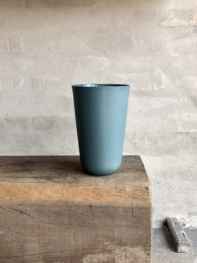 Enkel håndstøbt vase. Høj. Petrol.