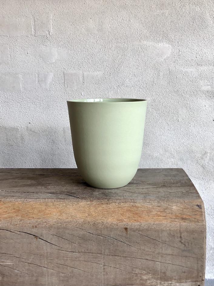 Elegant håndstøbt vase. Mint.