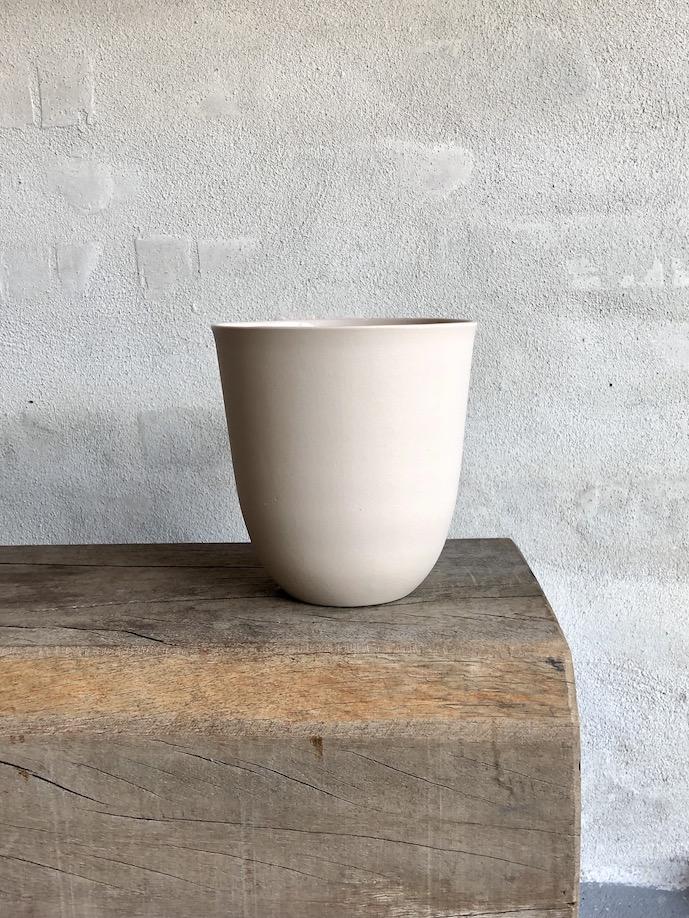 Håndstøbt vase i porcelæn. Beige.