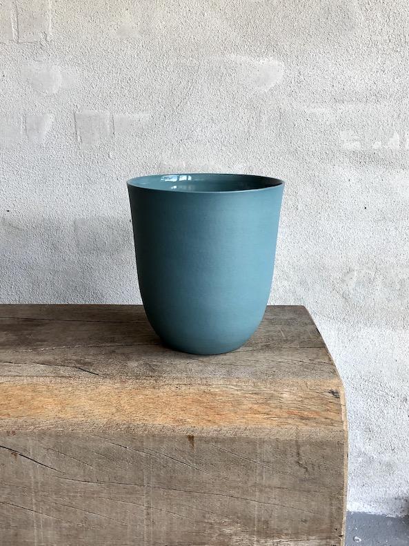 Vase i indfarvet porcelænsler. Petrol.