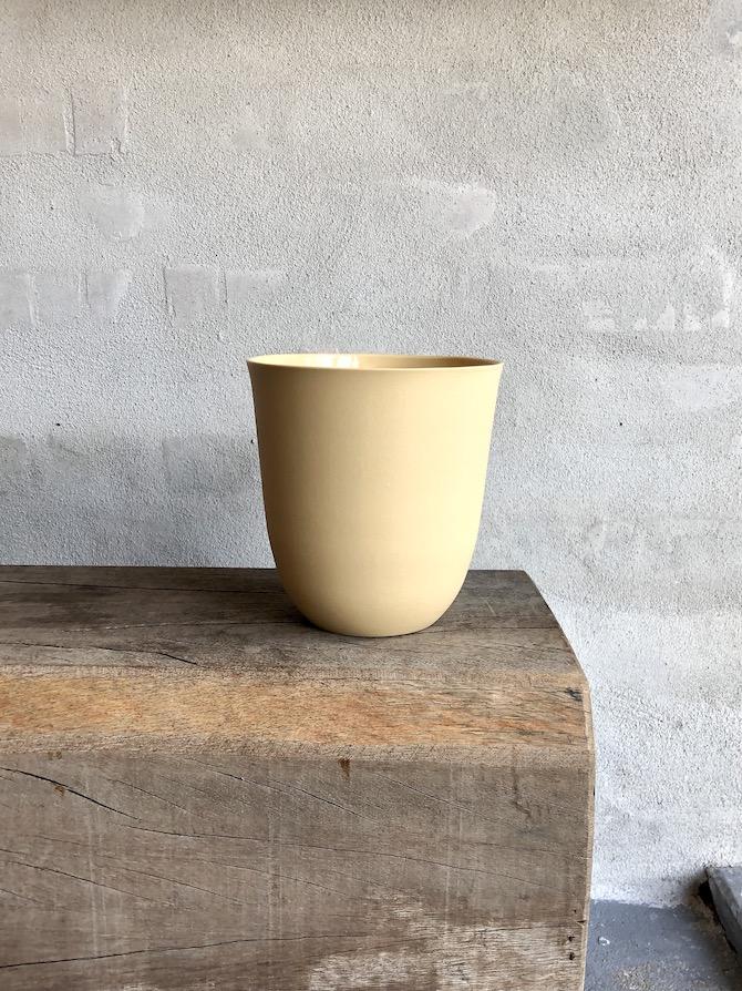 Smuk håndstøbt vase. Okkergul.