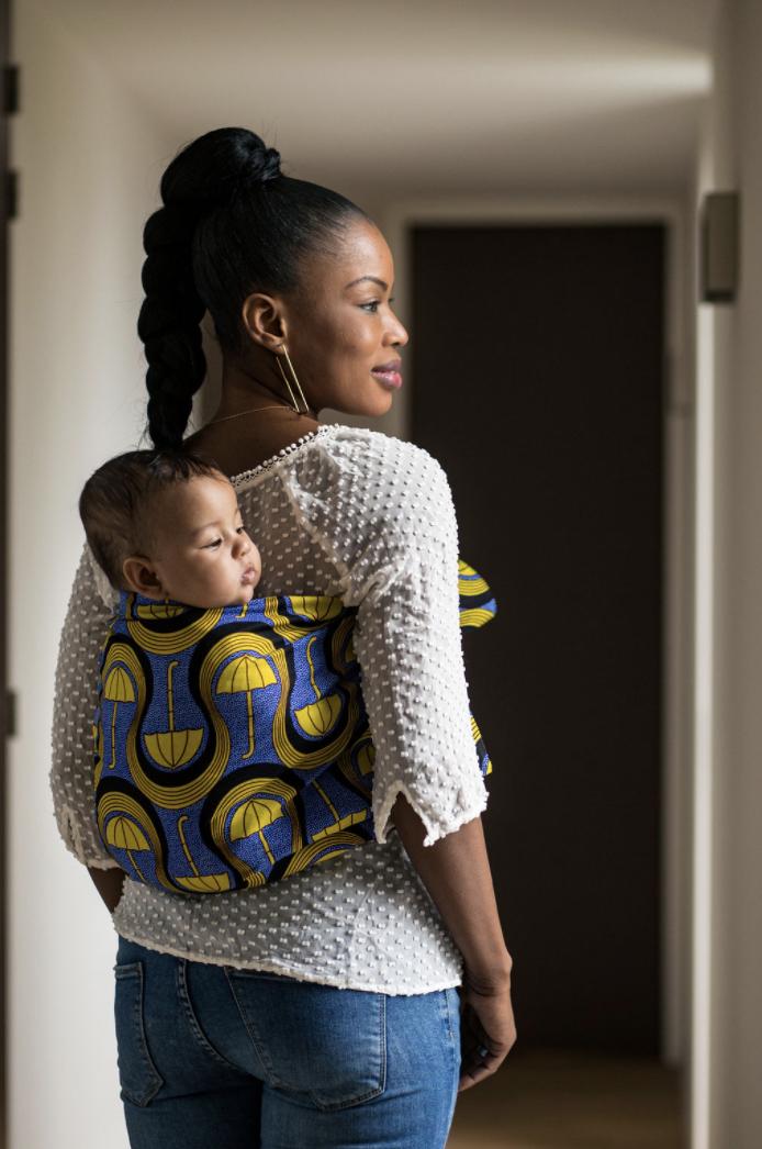 Femme portant son enfant dans un mbotou