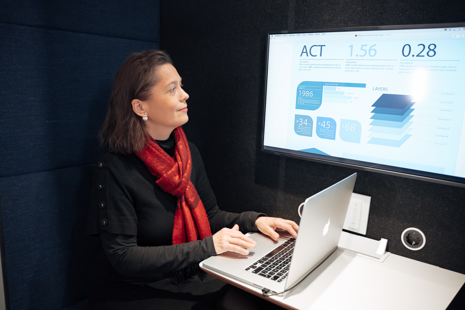 Woman working with the screen attached to her laptop in Spacehub.