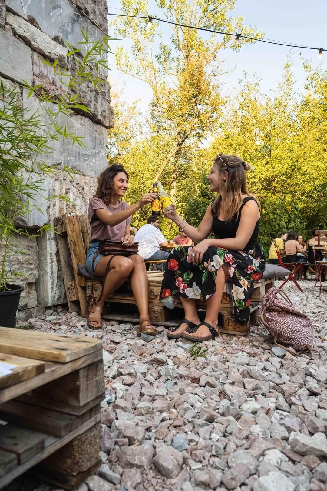 Condividere bevande fresche e locali durante un aperitivo