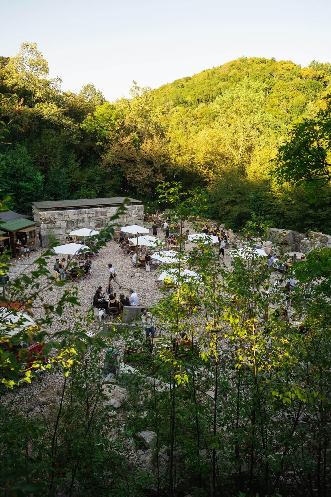 Uno dei bar de La Soleggiata si trova all'interno dei Bagni Imperiali delle Cave di Arzo