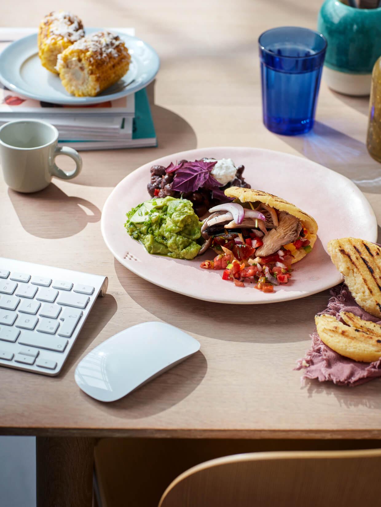 Frokosttallerken på skrivebord med skygger