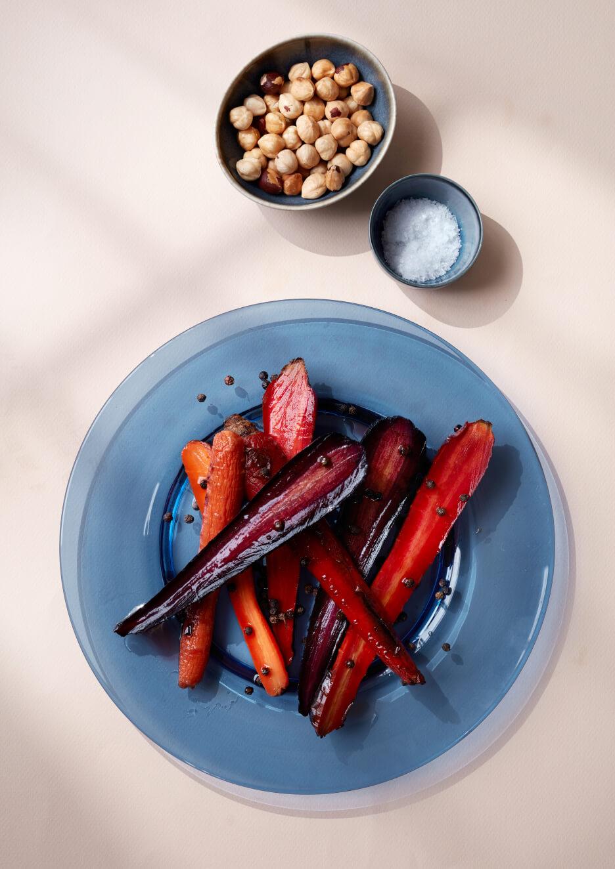 Gulerødder på blå tallerken