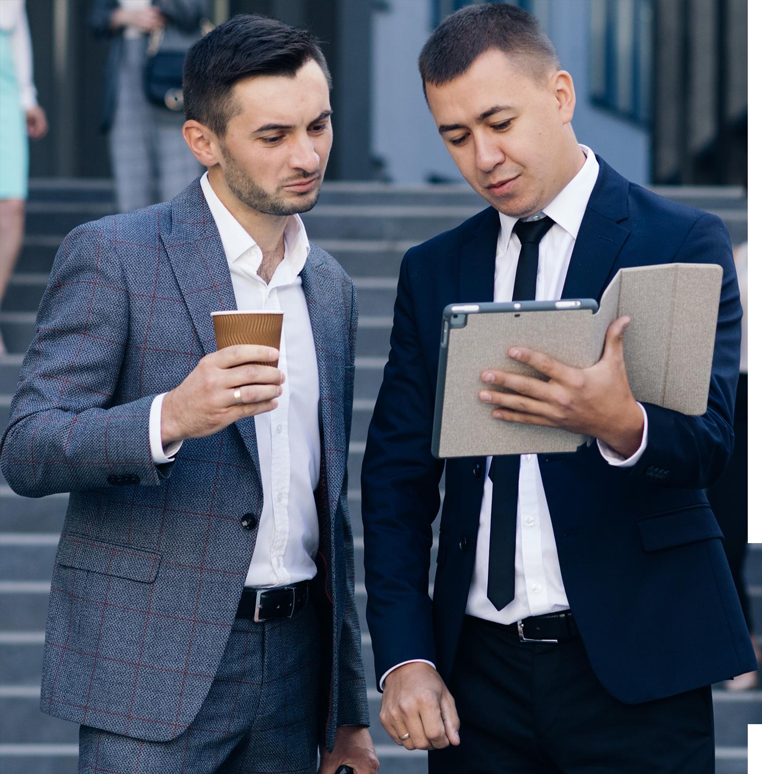 Deux personnes regardant une tablette